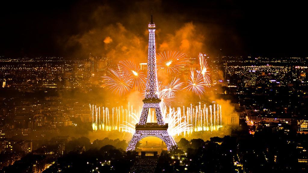 """Feu d'artifice sur le thème """"Les Comédies Musicales, de Broadway à Paris"""" conçu par David Proteau, tiré par Lacroix Ruggieri."""